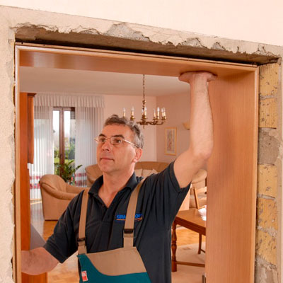 Adjust the frame and architrave on possition